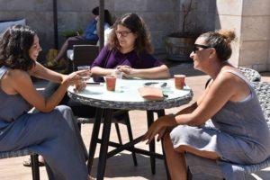 בלוגריות מקומיות נהנות מהחיים