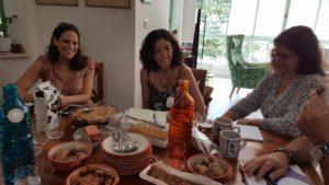 באחד ממפגשי הבלוגריות המקומיות - לא רק עובדות, גם אוכלות ונהנות ומפרגנות המון!